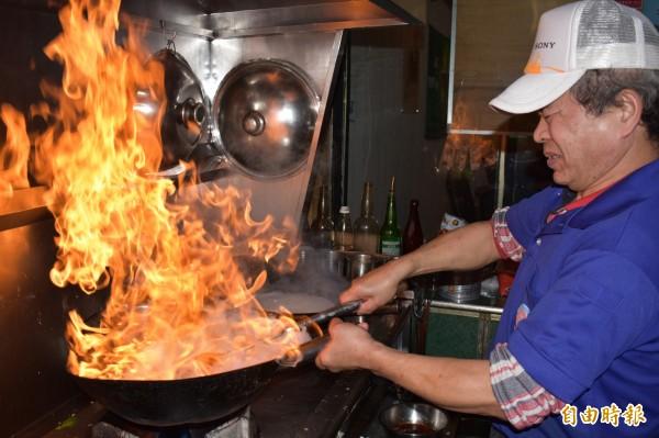 鱔魚炒麵的關鍵在於火候,所有程序需熟練一氣呵成。(記者張瑞楨攝)