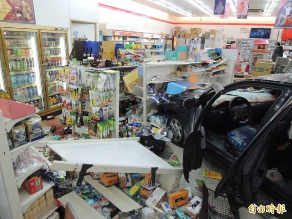超商內物品被撞,店內一片零亂。(記者張勳騰攝)