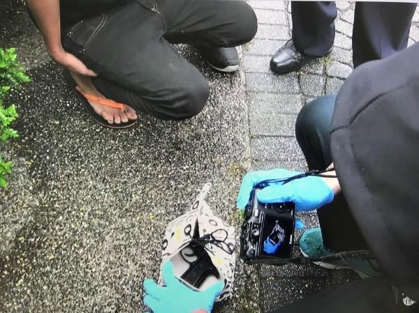 王姓男子經過命案現場突然昏睡,讓會勘警方在車上起出手槍。(記者王捷翻攝)