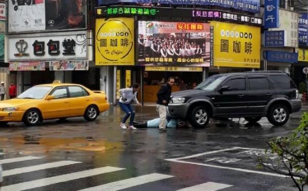 民眾聞聲幫忙,看到洪男頭埋進車底,距離輪胎只剩短短幾公分,差點被爆頭。(記者王捷翻攝)