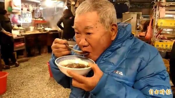 天冷民眾吃羊肉湯當早餐暖和身體。(記者張聰秋攝)