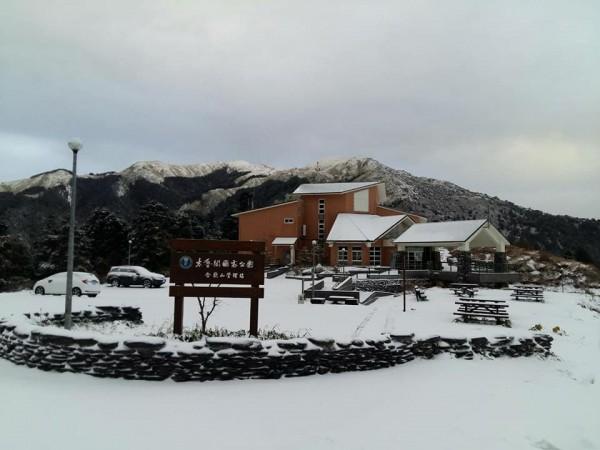 寒流持續發威,今晨合歡山降雪,路邊積雪約10公分。(太魯閣國家公園提供)