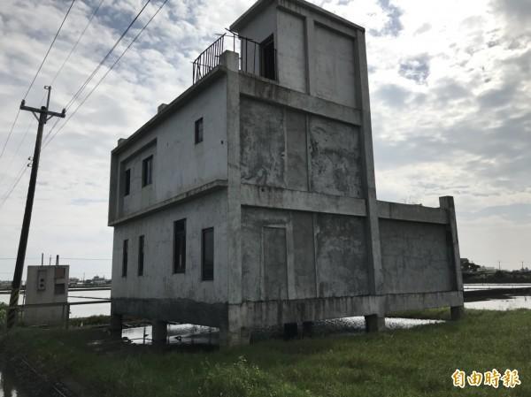 宜蘭縣壯圍鄉新社地區一塊塊農田中,聳立一間高腳屋,屋主林哲豪指出,這樣的房子根本無法入住。(記者林敬倫攝)