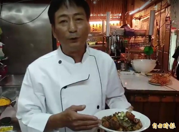 老闆杜建鋒將澎湖阿嬤的私房菜搬上桌。(記者方志賢攝)