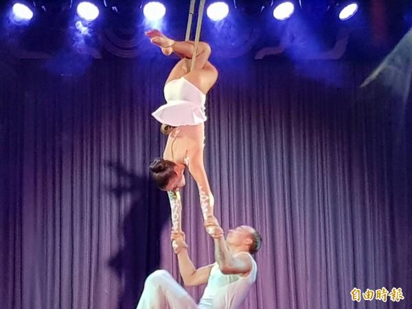 麗星郵輪雙子星號船上提供精彩表演。(記者林欣漢攝)