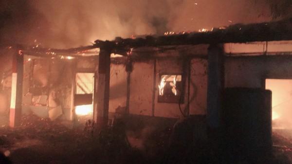 蔡姓婦人1家3口原本尚能遮風、避寒的家,已遭大火燒毀。(記者彭健禮翻攝)