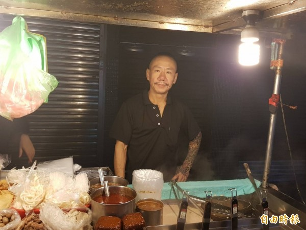 中華加熱式滷味老闆劉宏毅年輕時在江湖打混,後來改賣滷味;外景主持人謝忻虧他是流氓滷味攤,他則反嗆我是滷味界的劉德華。(記者俞肇福攝)