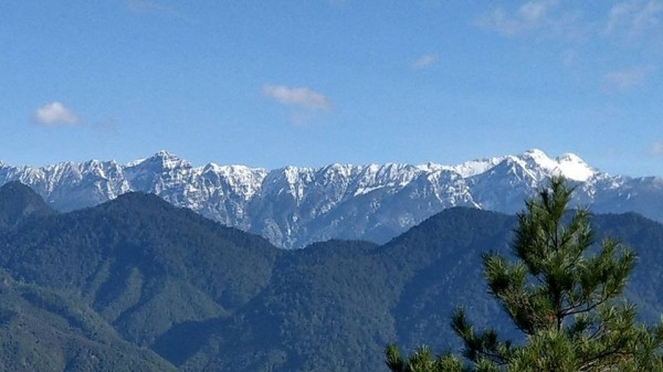 首波寒流發威,位於苗栗、台中交界的雪霸聖稜線,各山頭在一夜間白了頭。(圖由保七第五大隊提供)