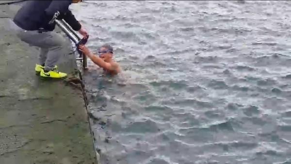 和平島公園管理員發現後,立即上前制止這一群裸泳的泳客。(記者林欣漢翻攝)