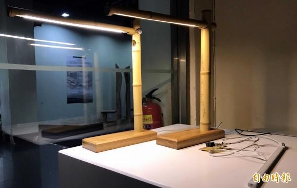 「木的時尚科技與藝術」成果展,圖為展出的作品之一智能桌燈。(記者謝介裕攝)