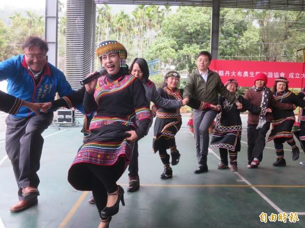 林務局輔導信義鄉丹大四大部落成立「丹大布農生態旅遊協會」,林務局長林華慶(白衣綠外套)會後也與協會族人跳舞同歡。(記者劉濱銓攝)