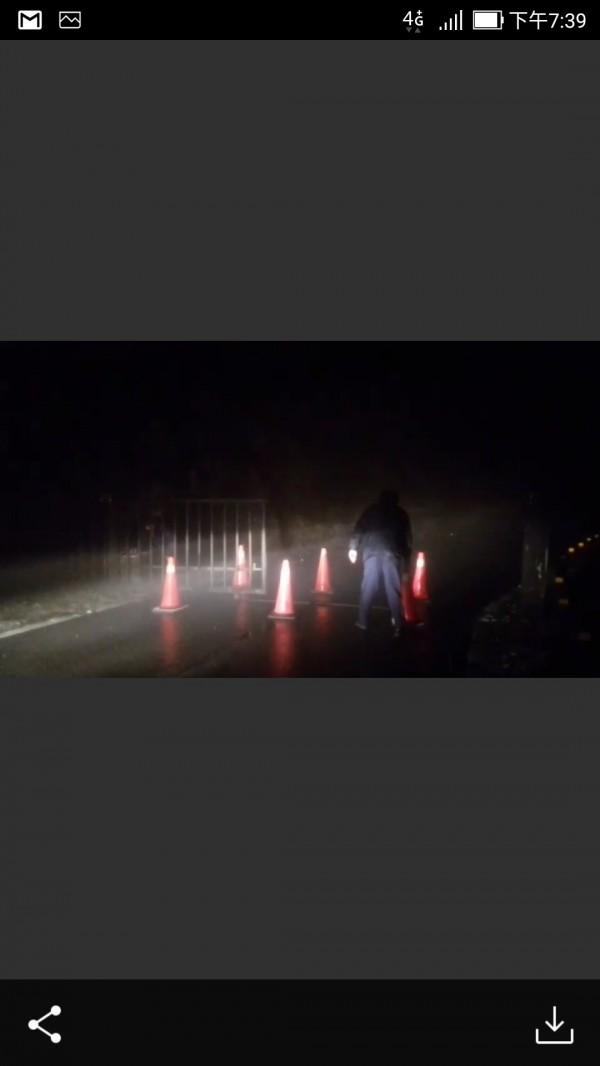 太平山今晚再度下雪,園方派員封閉聯外道路。(記者江志雄翻攝)