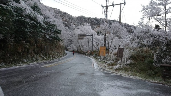 聯外山路結冰濕滑。(記者江志雄翻攝)
