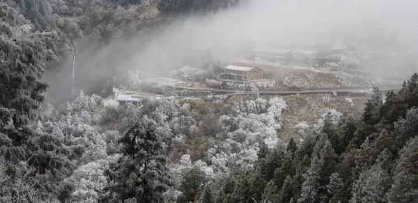 太平山莊被濃霧包覆。(記者江志雄翻攝)