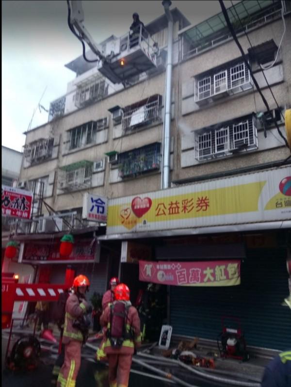 新北市三重今天清晨傳出民宅火警。(記者吳仁捷翻攝)