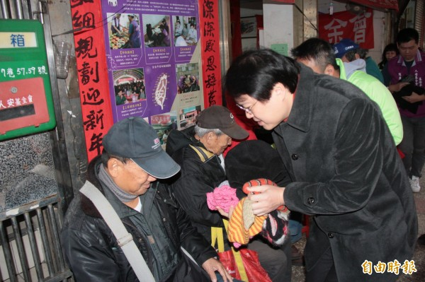 基隆市長林右昌(右)發送禦寒物品給弱勢朋友。(記者林欣漢攝)