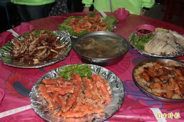 玉龍外燴準備一桌豐盛菜餚,讓弱勢們提前感受團圓溫暖。(記者林欣漢攝)