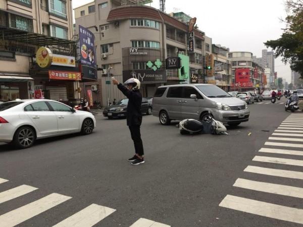 休假中的警員潘新年看到車禍,主動報案並疏導交通。(記者洪定宏翻攝)