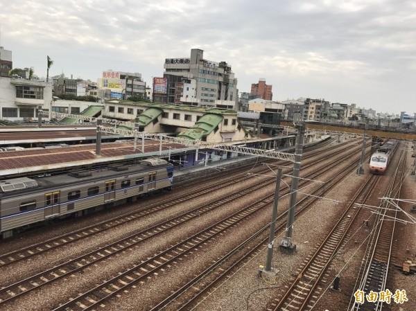 台鐵與捷運雙鐵共構車站後,對於轉乘運輸將更為便利。(記者湯世名攝)