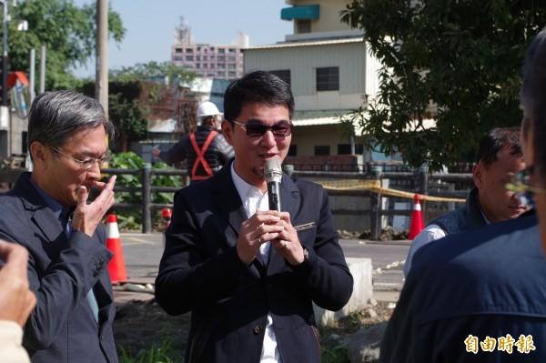 立委劉建國(中)表示爭取前瞻11億元經費,投入第三期工程。(記者林國賢攝)