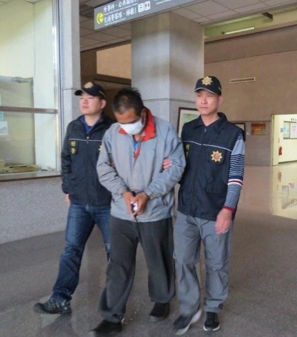 蔡姓男子(中)涉嫌吸毒與改槍,警方訊後依法移送。(記者劉濱銓翻攝)