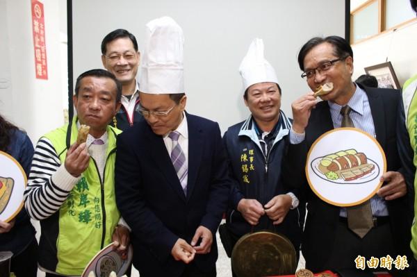 彰化縣長魏明谷(左2)和大埔商圈理事長陳錫誠(右2)及縣議員林世賢(右1)、賴岸璋(左1)、張東正(後排左1)等人品嚐美食,為小吃宴暖身代言。(記者張聰秋攝)