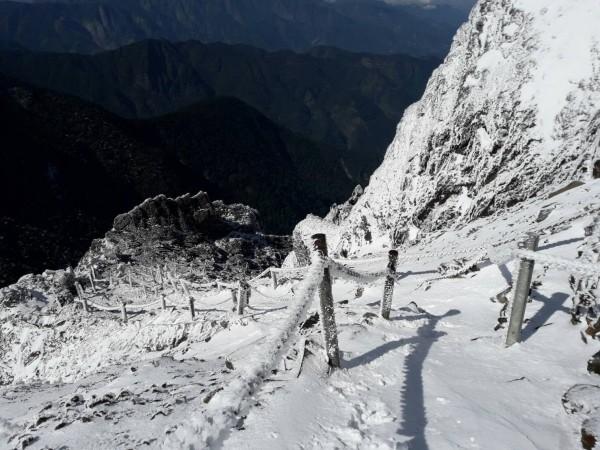 玉山冰封,積雪最深達10公分,玉管處持續雪季管制。(玉管處提供)