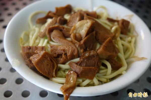 林明堂素食麵,乾麵就是豆料加上豆芽菜。(記者劉曉欣攝)