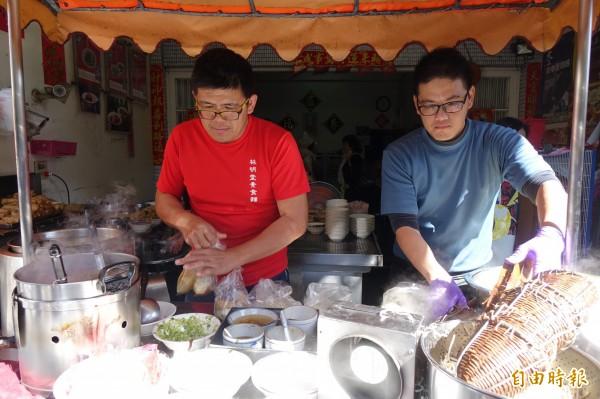 林明堂素食麵由第二代林位憲(圖左)、林村益(圖右)接手。(記者劉曉欣攝)