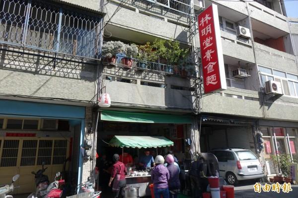 林明堂素食麵每天早上10點半一開店,就立即大排長龍。(記者劉曉欣攝)