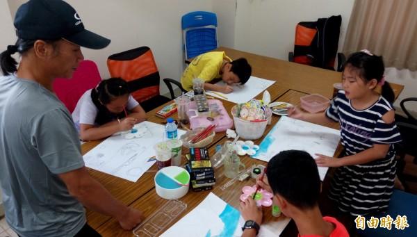 展望會成功中心為學童開辦繪畫班。(記者王秀亭攝)