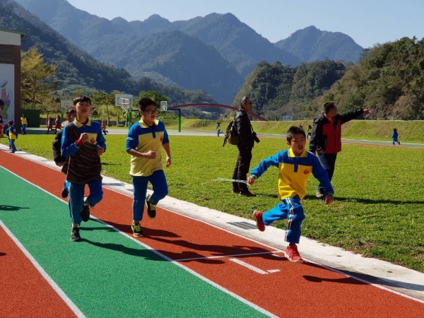 博愛國小小朋友在新操場上奔跑,顯得十分開心。(中市教育局提供)