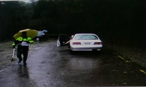 朱男駕駛休旅車倒車時,不慎撞上另一輛小客車,觀霧所員警到場處理。(記者彭健禮翻攝)