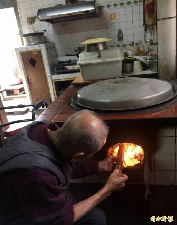 曾是辦桌總鋪師的陳照阿公雖然行動不便,偶而仍用大灶生火煮東西。(記者陳冠備攝)
