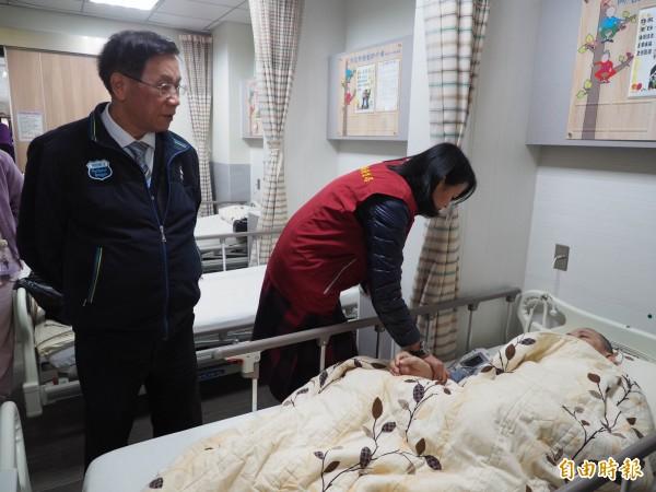 衛生局保健科長鄭綉錦為街友量血壓評估其健康狀況。(記者陳鳳麗攝)