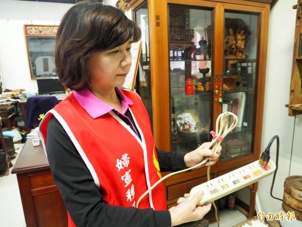 草屯消防婦宣種子教官王純勉提醒民眾,勿將延長線折疊捆綁。(記者陳鳳麗攝)