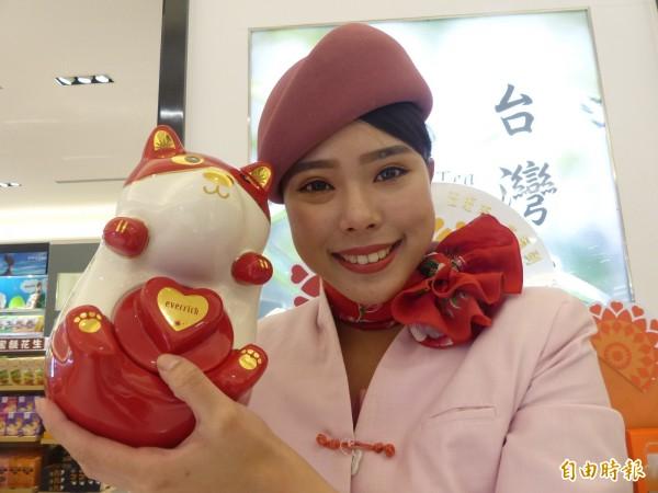 昇恆昌親善大使拿著狗狗造型的「汪德福新年瓷罐禮盒」獨家限量上市。(記者吳正庭攝)