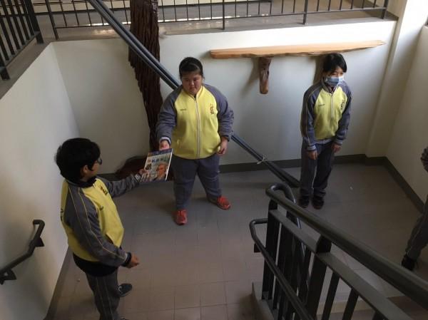 東港高中學生人力接龍將書籍送到新館。(記者陳彥廷翻攝)