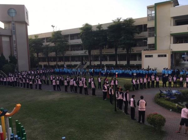 書生傳書!650名東港高中學生親自參與圖書館落成,接力傳書的長長人龍的場面非常震撼壯觀。(記者陳彥廷翻攝)