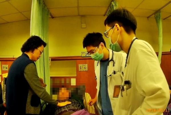 68歲楊男因血糖低快昏厥,硬撐著把車開到路邊,幸未釀成意外,他電話求助妻,幸兩分局員警合力救人送醫。(記者黃良傑翻攝)