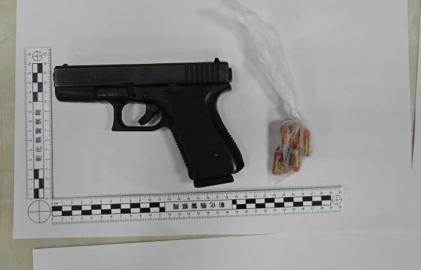 郭姓嫌犯帶著作案的制式克拉克手槍1支及10發子彈向警方投案。(記者陳冠備翻攝)