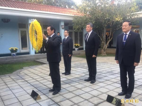 前總統馬英九(前)前往頭寮陵寢謁陵。(記者周敏鴻攝)