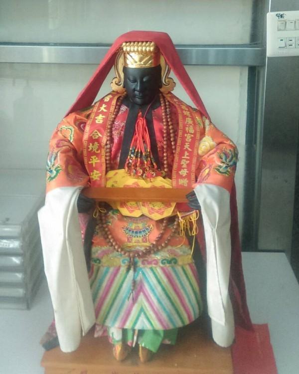 二崙八角亭復興宮輪值供奉的媽祖神像昨天遭竊不到半小時竊嫌即被國道警察尋回。(記者黃淑莉翻攝)