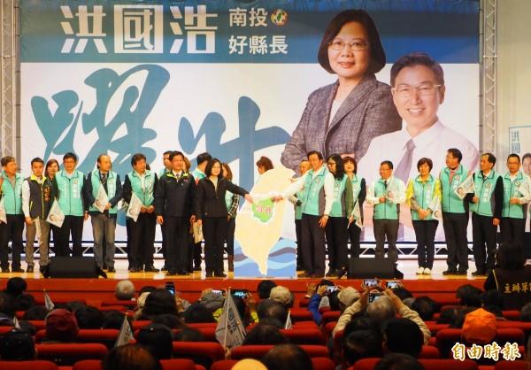 蔡英文與洪國浩(站在台灣左邊和右邊),合力將南投縣綠色拼圖放上台灣的正中心。(記者陳鳳麗攝)