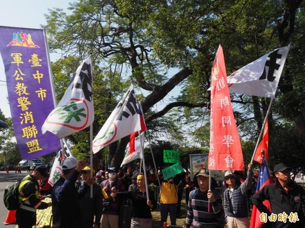 陳抗團體被隔離在兒童公園外發表心聲,搖旗吶喊。(記者陳鳳麗攝)
