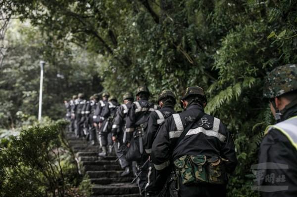憲兵恢復硬漢嶺行軍訓練。(圖:軍聞社提供)