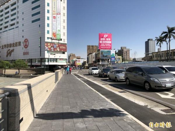 新竹市政府交通處規劃的火車站人行廣場改造工程已完成第二階段,除設置汽機車的臨停接送區,也設置人行出口廣場的風雨走廊,提供民眾及旅客通行。(記者洪美秀攝)