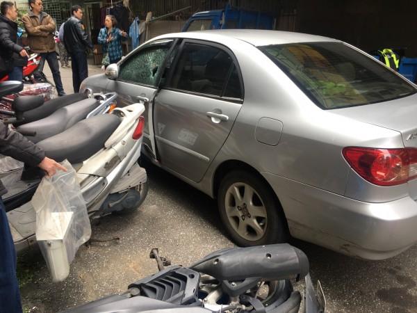民眾駕駛車輛攔檢不停,衝入巷內撞倒機車。(記者陳薏云翻攝)