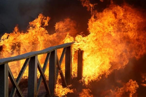 木棧道突然傳出祝融肆虐,不排除人為縱火。(西嶼鄉長許月里提供)