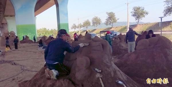 「十全(犬)十美一創意沙雕競賽」活動,今在南投國際沙雕藝術文化園區展開,參賽選手莫不絞盡腦汁創作,希望能有好成績表現。(記者謝介裕攝)